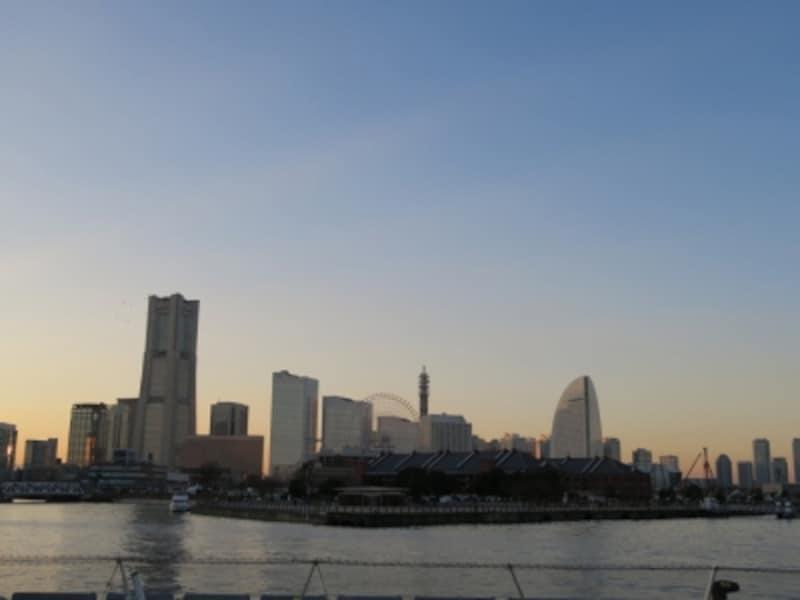 16:20ごろのようす。まだ周りは明るいですが、オフィスビルの明かりは点灯しはじめています(2014年12月24日撮影)