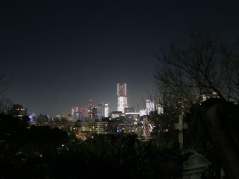 山手外国人墓地からみた、みなとみらい21地区。街全体が光り輝いています(2014年12月24日19:00ごろ撮影)