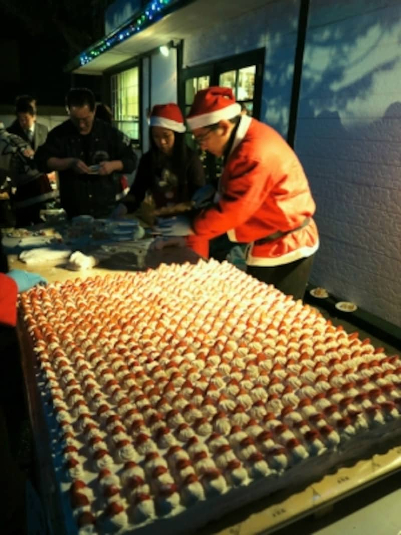 クリスマスのお楽しみ、クリスマスケーキパーティ。こんなに大きなケーキがふるまわれます(2014年12月24日撮影)