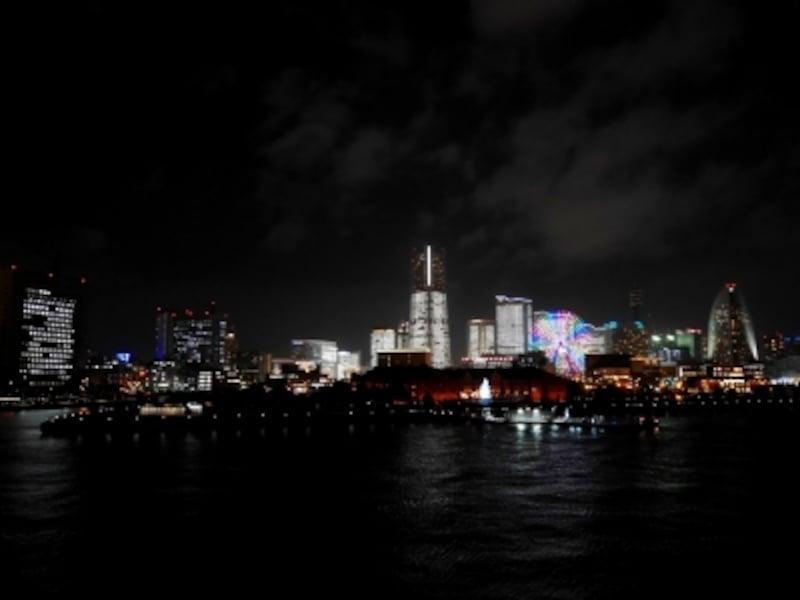 大さん橋は広いので、撮影スペースは確保しやすいでしょう(2016年12月22日18:30ごろ撮影)