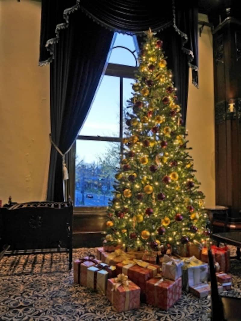 開業時から受け継がれてきた本館ロビーにクリスマスツリーが登場(2017年12月5日撮影)