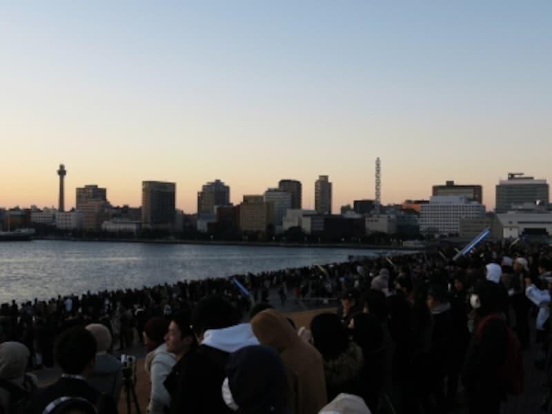 大さん橋は広いので、ギリギリに到着しても入る余地があります。6:45ごろのようす(2016年1月1日撮影)