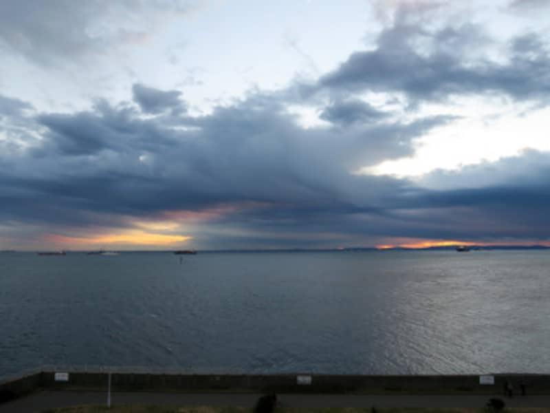 初日の出の時刻(6:50ごろ)になりましたが、太陽は顔を出してくれず(2015年1月1日撮影)