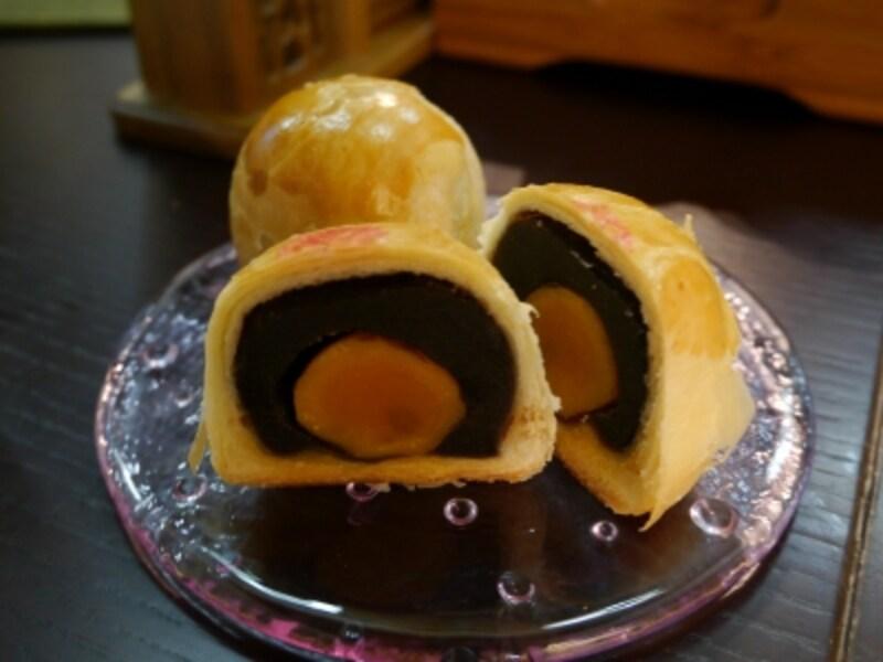 重慶飯店「蛋黄酥(黒あん・白あん+蛋黄1個入、300円税別)」(2013年9月20日撮影)