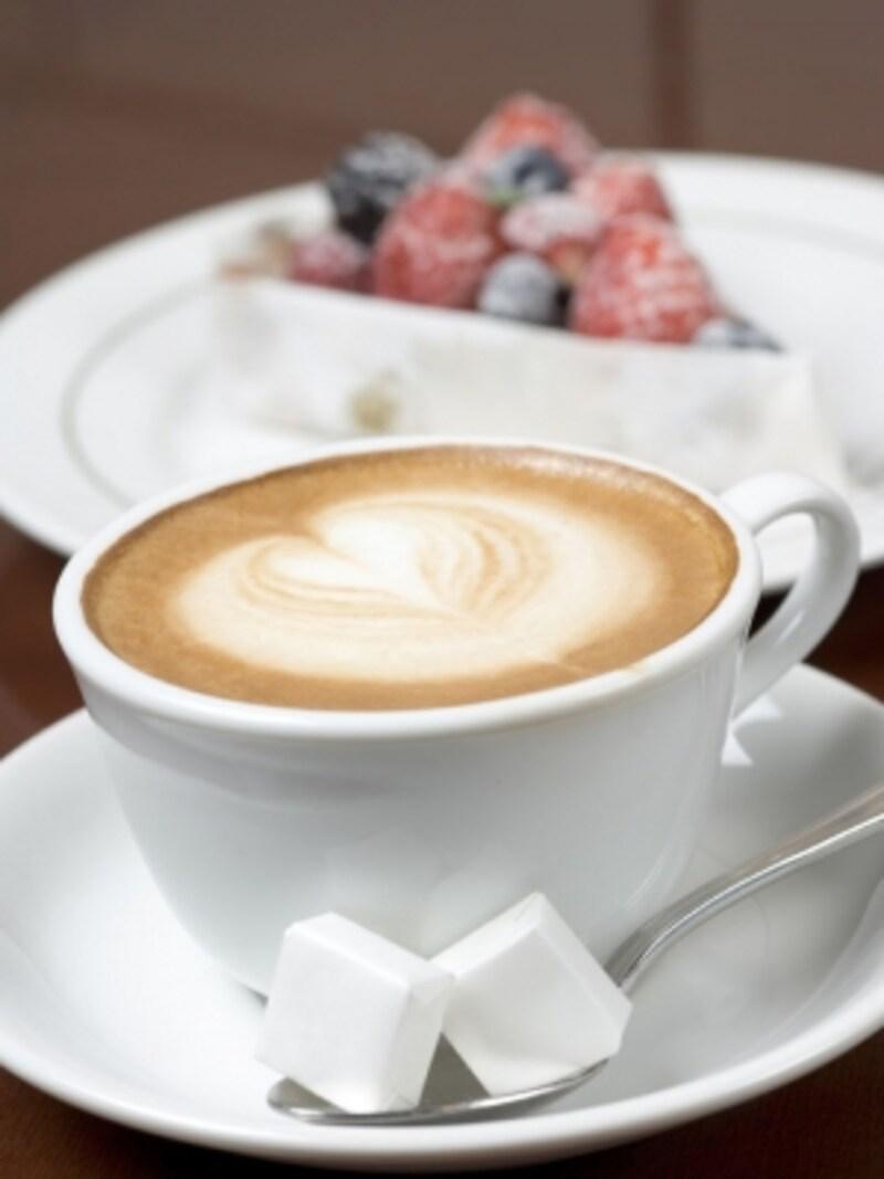 気軽なカフェとしても利用できます。季節のタルト(時価)やカプチーノ(600円)(画像提供:ブラッスリーラクラス)