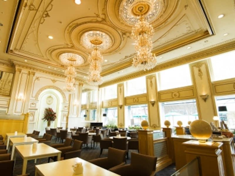 ティーラウンジパレグレイスは、スワロフスキーのシャンデリアがきらめく、ゴージャスな空間(画像提供:新横浜グレイスホテル)