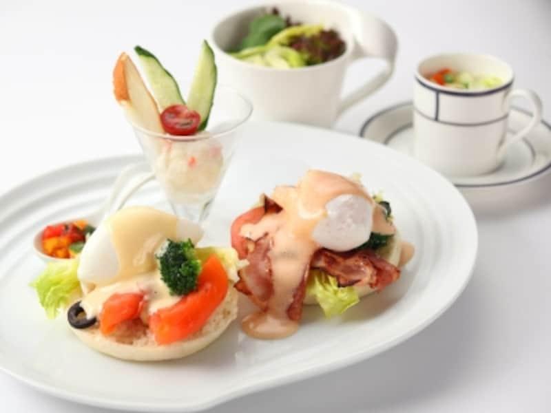 スイーツだけでなく、ランチメニューもいろいろ。エッグベネディクトは3種類から2種類が選べ、サラダ・スープ付き(1550円)(画像提供:新横浜グレイスホテル)