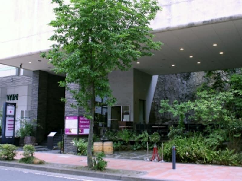 「ラントラクト」とは、フランス語で「幕間(=休憩時間)」を意味しています。1階~3階に、カフェ、フレンチレストラン、ジャズバー、アーユルヴェーダサロン、占いの部屋がある複合施設。非日常感を演出する、滝が流れる空間が印象的(画像提供:新横浜ラントラクト)
