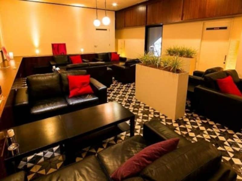 ソファー席のあるサロン、個室感のあるダイニング、開放的な滝つぼ前のテラス、食前・食後に立ち寄るカウンターバーと、4つの空間が用意されています(画像提供:新横浜ラントラクト)