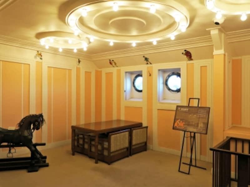 一等児童室:一等船客専用の遊戯室。天井下の壁面には、日本の子どもをモチーフにした絵が描かれています(2016年12月28日撮影)