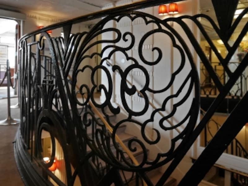 中央階段の手すりには「氷川丸」の名前を授かった、氷川神社(現さいたま市大宮区)の神紋「八雲」のデザインが施されています(2016年11月18日撮影)
