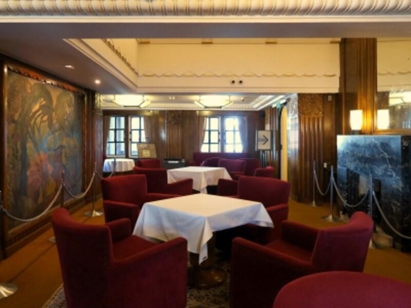 一等社交室:氷川丸のメインホール。グランドピアノが置かれ、優雅な時間が流れていたことがうかがえます(2016年12月28日撮影)