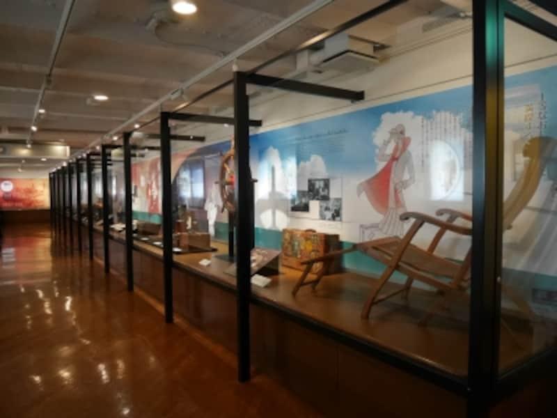 展示室「シアトル航路の旅」:横浜を出航してシアトルに向かう優雅な船旅のようすを、実物資料とエピソードで紹介するコーナー。実際に使用されていたレトロな計器類や船からの案内(NOTICE)などが展示されています(2016年11月18日撮影)