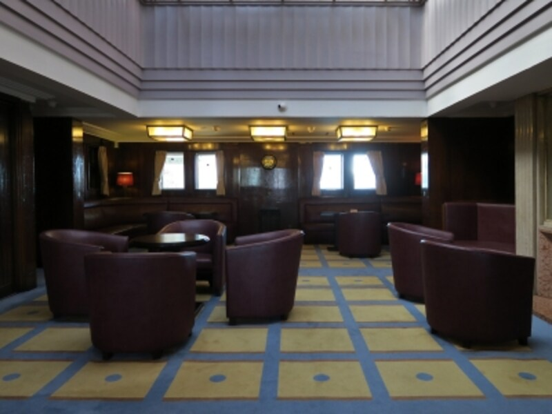 一等喫煙室:革張りのイス、格子柄のじゅうたんなど、モダンなデザインが印象的(2016年12月28日撮影)