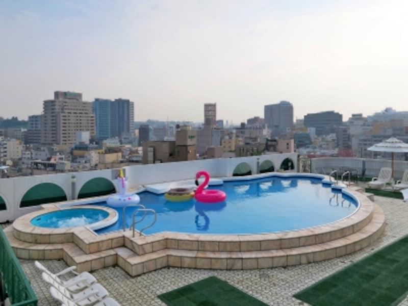 ローズホテル横浜の屋上には最長部12m、深さ1.2mのシェル型プールが!浮き輪のキャサリン(ピンク)とジャスミン(白)が待ってます!(2017年6月28日撮影)