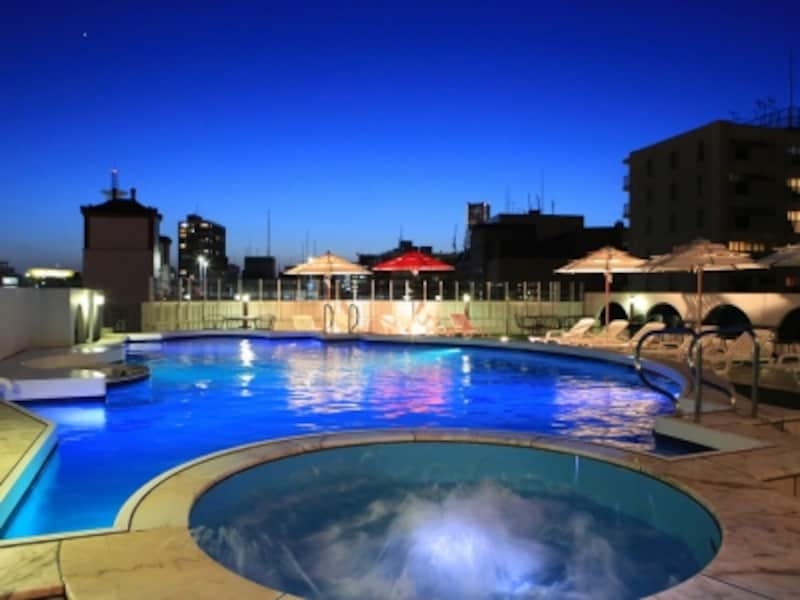 7月16日~9月4日までの日・月・火曜日は屋上プールの営業が20:00まで延長(画像提供:ローズホテル横浜)