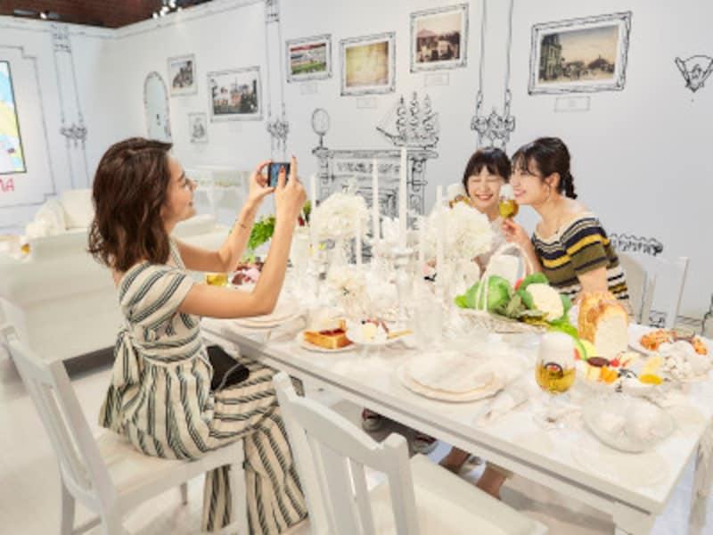 """線画で描かれた""""山手の洋館""""をモチーフにした、横浜発祥のアイテムに囲まれながらフォトジェニックな写真が撮影できる特別な空間「#01BorninYokohama」の様子(画像提供:キリン「#カンパイ展2019」PR事務局)"""