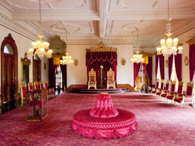 シャンデリアにワインレッドの絨毯やカーテン、金の調度品で飾られた「王座の間」。ここでは舞踏会が行われていた(写真提供:ハワイ州観光局)