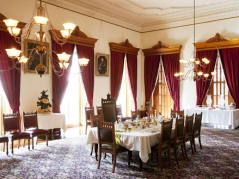 晩餐会のための陶器や銀食器、グラスなどがセッティングされた「正餐室」(写真提供:ハワイ州観光局)