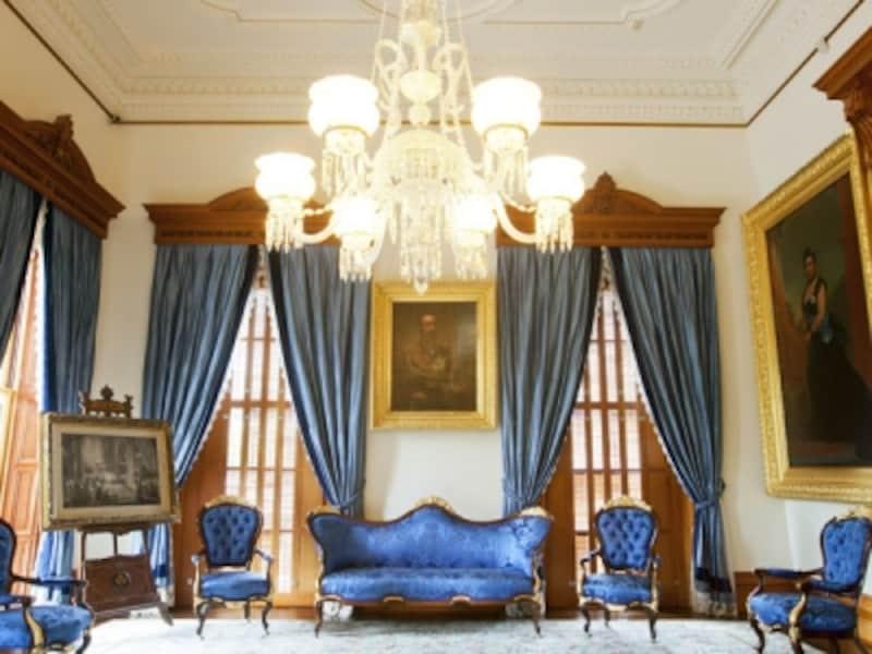 カラカウア王とリリウオカラニ女王の肖像画が掛けられた「青の間」(写真提供:ハワイ州観光局)