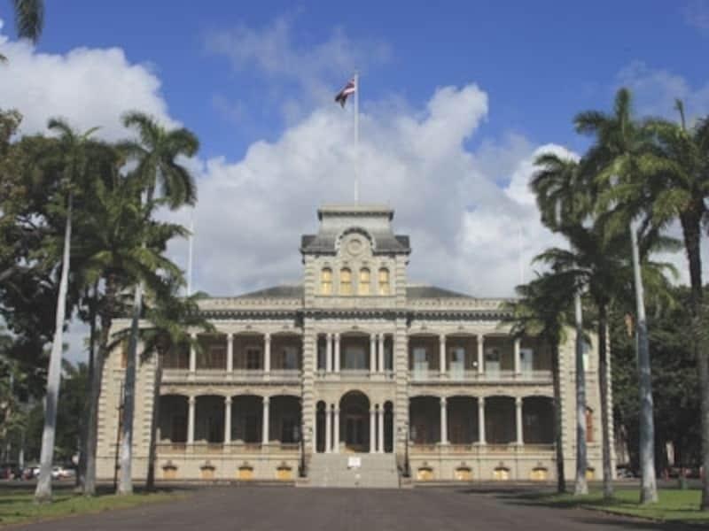 美しい外観からは想像もできないような悲しいストーリーをもつイオラニ宮殿。イオラニとはハワイ語で「天国の鷹」の意味