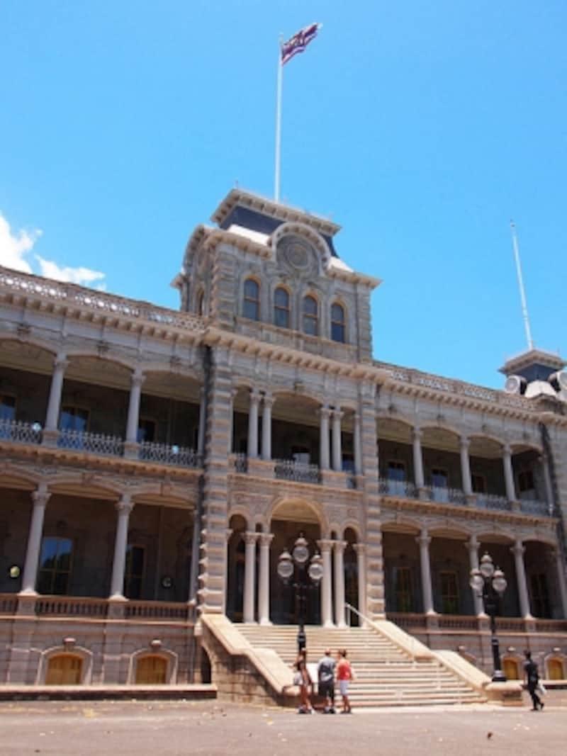 宮殿内部へは裏の入口から。大きな荷物はチケット売り場近くのロッカーに預けます