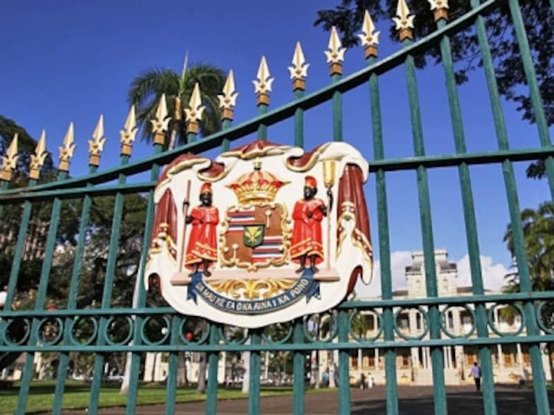 門扉にある王国紋章。カメハメハ三世の言葉「大地の生命は、正義によって守られる」が刻まれている
