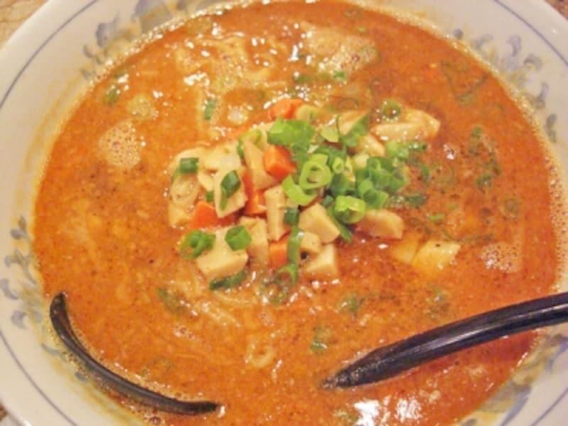 野菜をプラスした野菜たんたん麺。コクのあるピリ辛のごまスープにコシのある麺が美味!