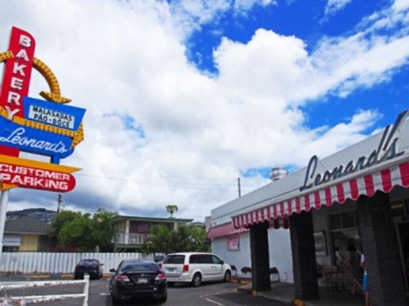 ワイキキの隣町、カパフル通りの高速高架近く。ピンクと白のストライプがかわいいレナーズ