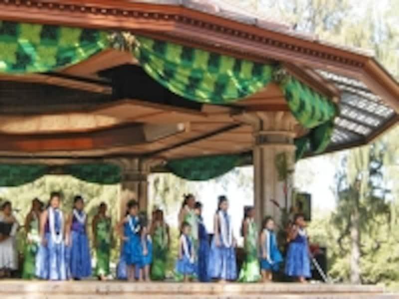 フラやハワイアンミュージックのライブが開催されるバンドスタンド