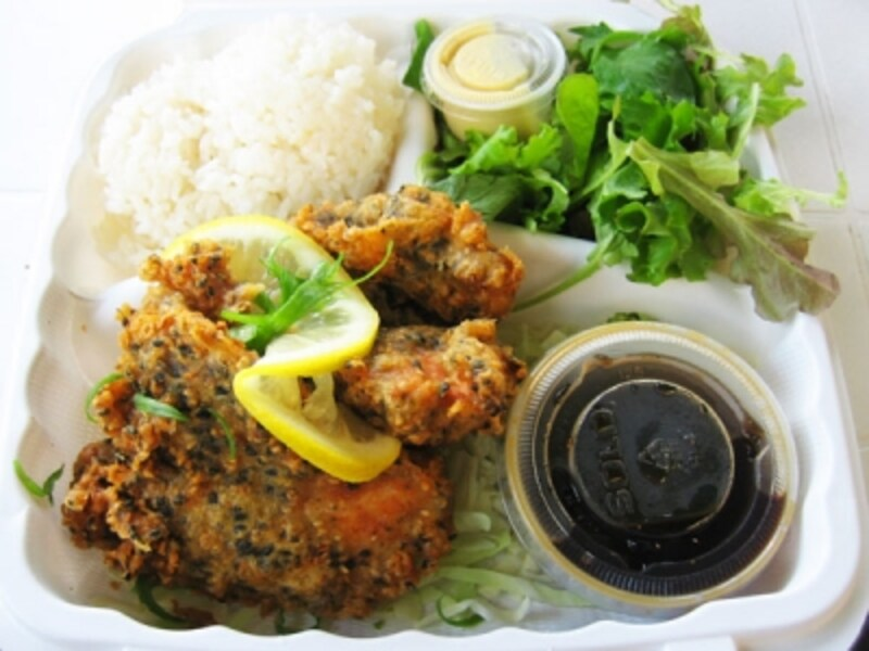 最近のガイドのお気に入りは、ポン酢で食べるキャットフィッシュのふりかけ天ぷら。白身魚にサクサクの衣、甘めのポン酢が絶妙にマッチ