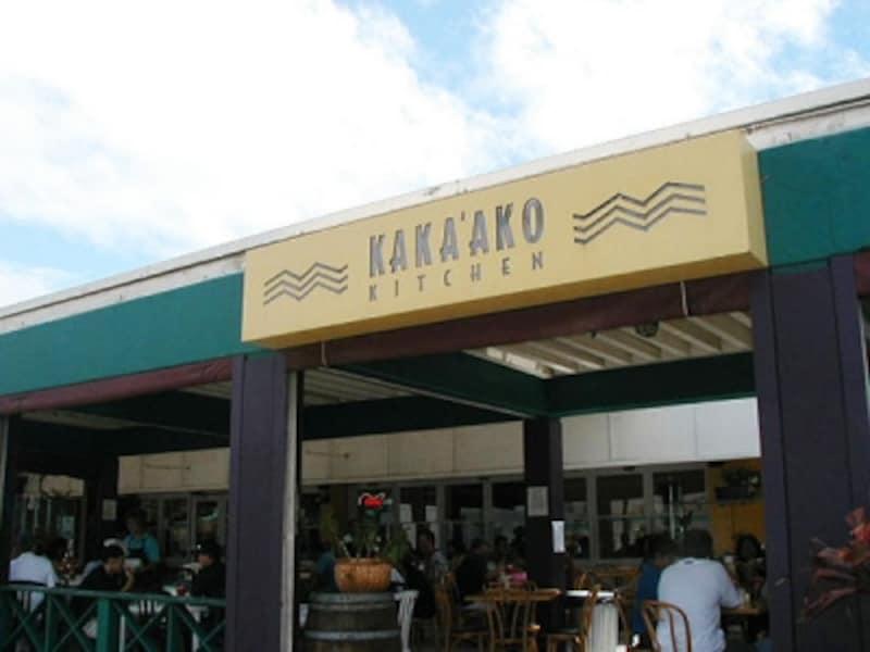 店内は倉庫風で、入口前のテラスにイートインスペースがある。ランチタイムにはYシャツ姿のビジネスマンが並ぶ