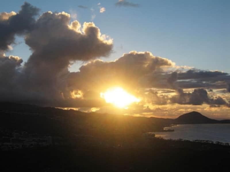 山頂到着の達成感、日の出と絶景も体験できて感動ひとしおの早朝ハイキング