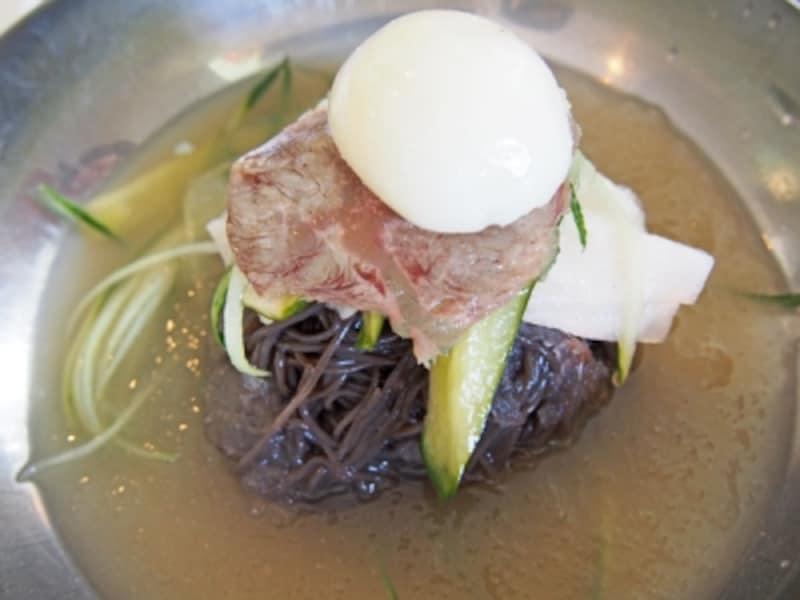 黒い麺がインパクト大の葛冷麺。みぞれ状のスープ、わかりますか?