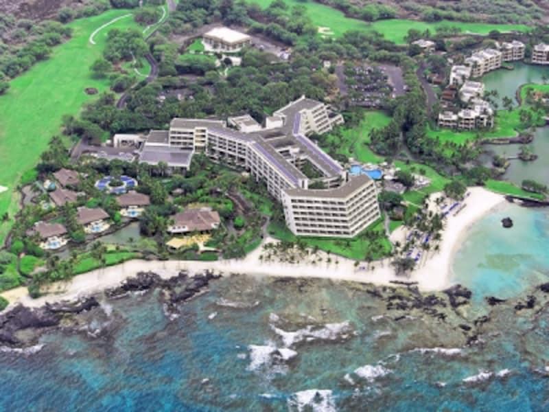 9割の客室から海が見えるホテル棟と豪華バンガローが5棟。ホテルの周りには、ゴルフコース、テニスコート、ショッピングモールもある