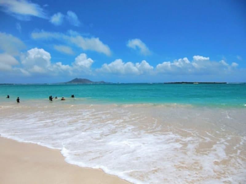 エメラルドグリーンの海と白い砂浜のコントラストが美しいカイルアビーチ