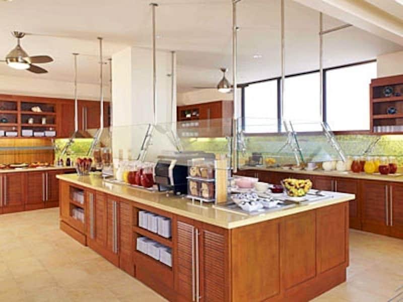 プールサイドのテラスで毎日サービスされる無料の朝食ブッフェ