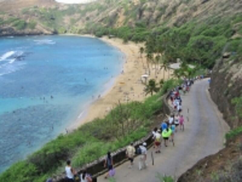 ビデオ鑑賞後、坂を下ってビーチへ。坂を上り下りするトラムも運行(有料)