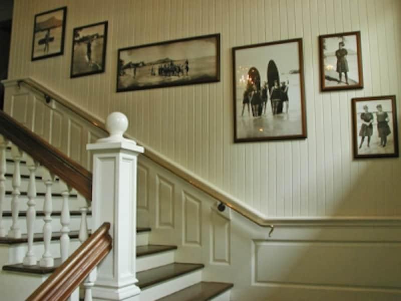 2階へと続く階段には、サーフライダーの歴史を物語るセピア色の写真が