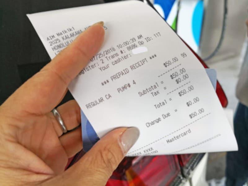 50ドル分の給油をクレジットカード払いで