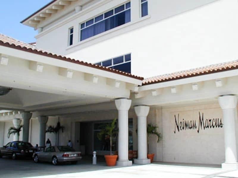 ハワイセレブ御用達、アラモアナセンターの高級デパート、ニーマン・マーカスにもバレーパーキングのシステムがある