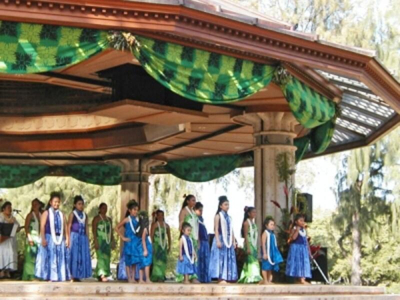ハワイの伝統文化「レイ」をたたえるレイ・デー・セレブレーション。バンドスタンドではフラやハワイアンミュージックのライブを開催