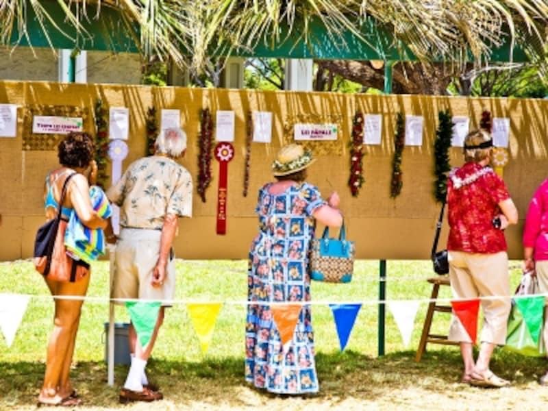 レイ・コンテスト受賞作品を鑑賞する人々(写真提供:HawaiiTourismAuthority(HTA)/TorJohnson)