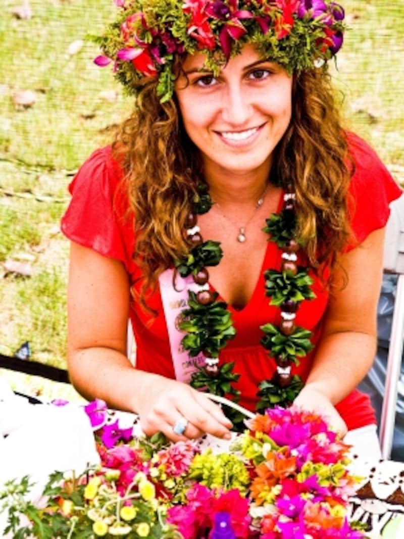 ハクレイ(花冠)を作る女性。会場ではレイ・メイカーによるデモンストレーションも行われる(写真提供:HawaiiTourismAuthority(HTA)/TorJohnson)