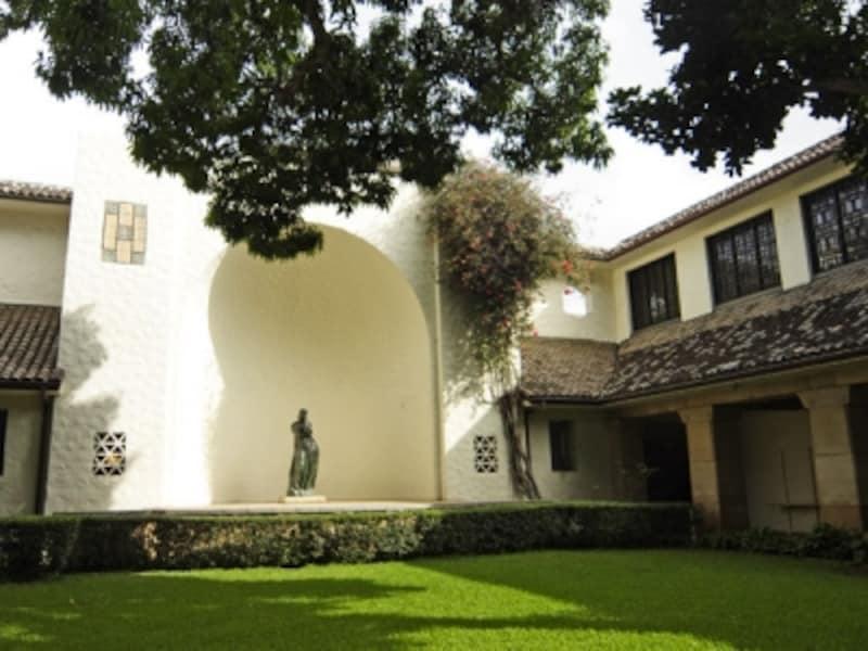 彫刻や緑が施された中庭は落ち着いた佇まい。石造りの廊下を歩くだけでも心穏やかに