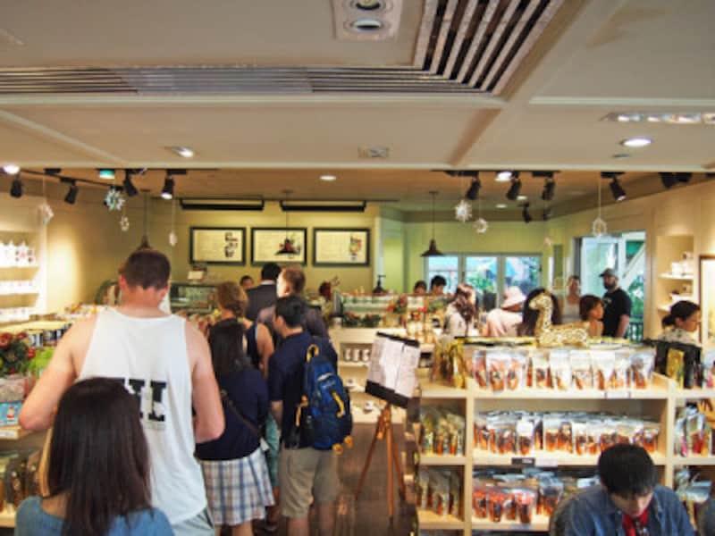 朝9時半の店内。オーダーには行列、席も満席でした