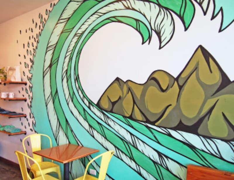 カイルア店内。波(ハワイ語で「ナル」)のウォールアートがシンボル。ワード店にも同じアートがある