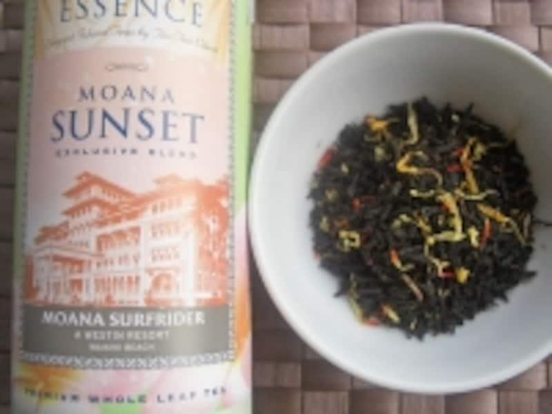 茶葉には赤や黄色の花びらが入って、見た目もキレイ