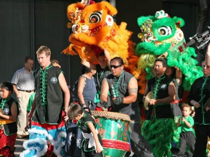 ドラと太鼓に合わせて獅子が舞い、爆竹が鳴り響くチャイナタウンの旧暦正月祝賀イベント