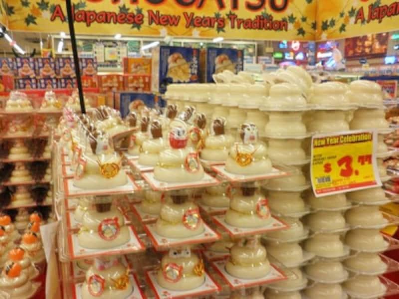 日系スーパーに並ぶ鏡餅。日本から移住者を受け入れてきたハワイでは、日本の文化や生活習慣も受け継がれている